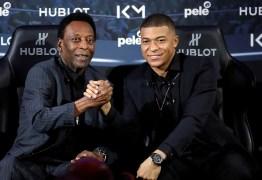 Pelé passa por exames em hospital de Paris e deve ser liberado hoje