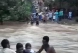 Vídeo mostra alunos cruzando rio com corda; 6 morreram em temporais; assista
