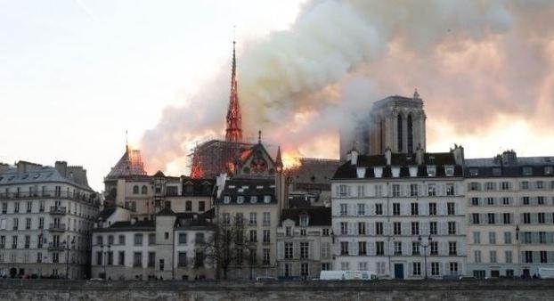 note drame 300x163 - Notre-Dame: polícia acha bitucas em andaimes onde começou fogo