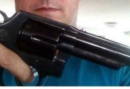 Professor da rede pública é preso depois de postar foto com arma em rede social