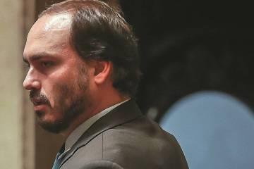 Carlos ignora 'ponto final' do pai e volta a atacar Mourão: 'Alinhamento com políticos que detestam o presidente'