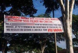 Funcionária de creche chamada de 'vadia' em faixa exposta em praça de MG recebe apoio