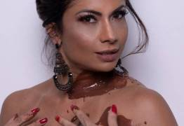 DOCE PÁSCOA: Dani Sperle posa nua coberta por chocolate e entrega: 'Já usei no sexo'