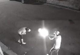 IMAGENS FORTES: Homem em carro de luxo executa morador de rua – VEJA VÍDEO