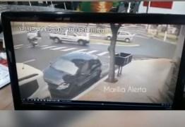 Mulher com carrinho de bebê é atropelada ao atravessar a rua; VEJA VÍDEO