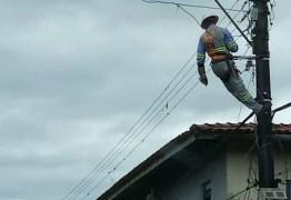 Morador tem luz cortada, tira a escada do técnico e o deixa pendurado no poste
