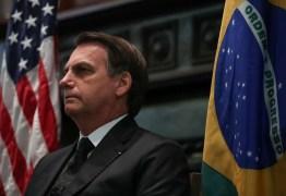 Em Dallas, Bolsonaro bate continência à bandeira dos EUA e muda bordão