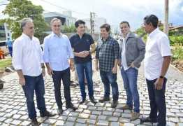 Luciano Cartaxo acompanha obras do Mais Pavimentação no Bessa e gestão investe mais de R$ 1 milhão no bairro