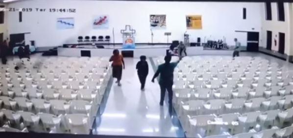ATIRADOR IGREJA - Vídeo mostra momento do ataque que deixou três mortos em igreja evangélica - ASSISTA