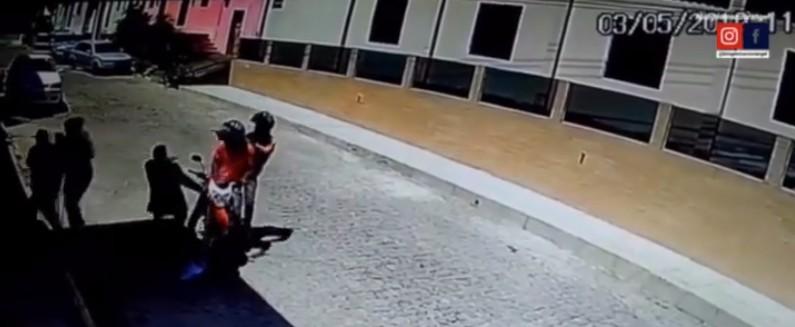 Capturar 4 - Câmeras de segurança registram momento em que vereadorAntônio do Cartório é executado na porta da Câmara - VEJA VÍDEO