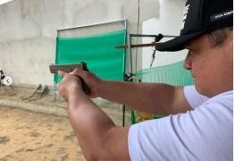 Deputado desafia regra e batiza armas: 'Faísca & Fumaça – estilo parlamento' – VEJA VÍDEO