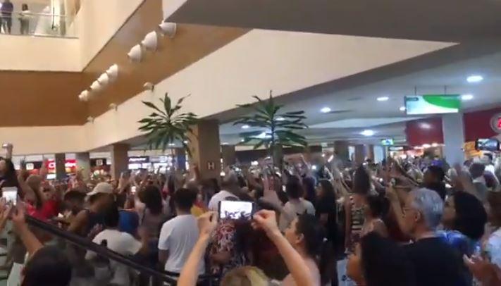 Manifestantes fazem 'Lulaço' na Praça da Alimentação do Shopping Manaíra