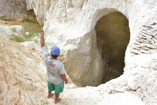 """aa CG Esp Caulim explorado numa regiao conhecida como Carneira rm Junco do Serido 130815AR27 300x200 - Operação liberta 12 """"escravos da mineração"""" na Paraíba"""