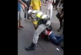 Homem com adesivo 'Lula Livre' tem o braço deslocado por policial – VEJA VÍDEO