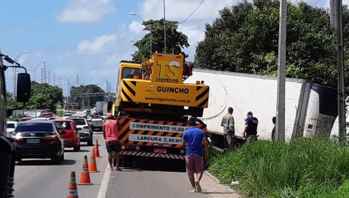 caminhão - APÓS DIAS DE TRABALHO: PRF retira caminhão atolado em mangue