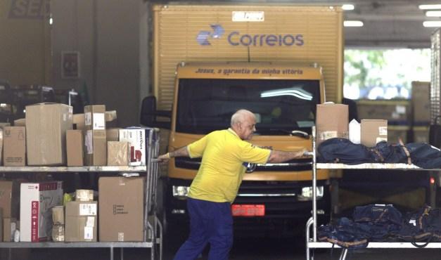 correios 300x177 - Programas de cortes em estatais preveem desligamento de mais de 25 mil funcionários