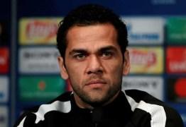 Daniel Alves condena agressão de Neymar: 'É um moleque'