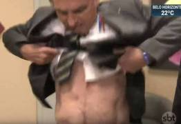 Bolsonaro levanta camisa, mostra cicatriz na TV e diz que facada não foi 'fake'