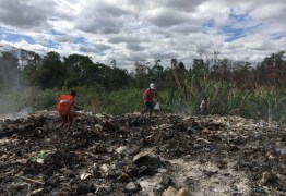 Venezuelanos vasculham lixão em busca de comida e coisas para revender na fronteira do Brasil
