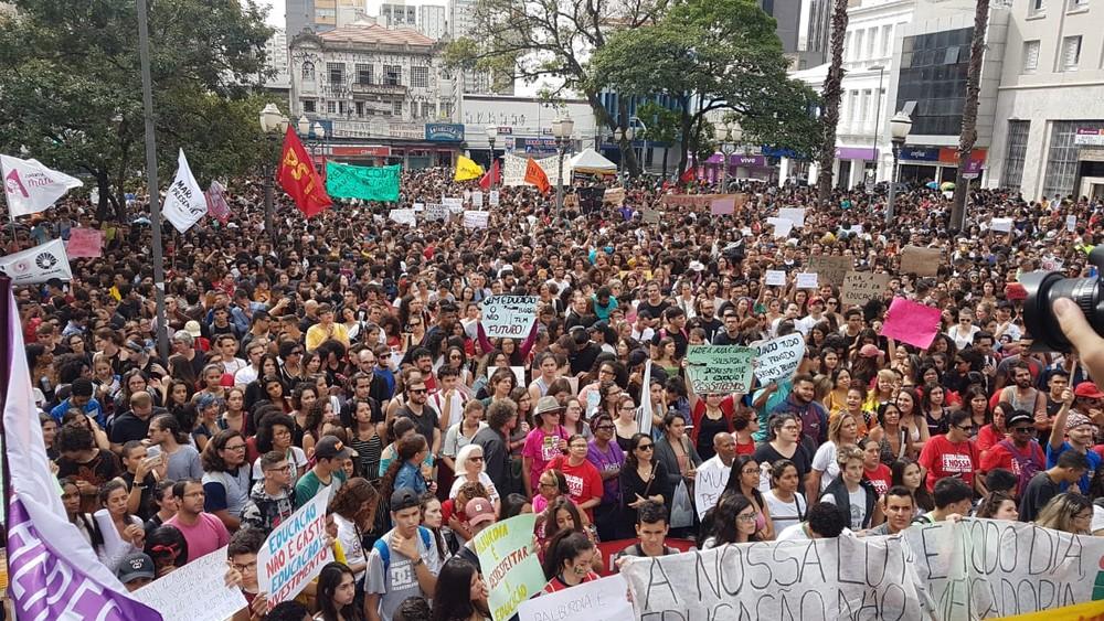 luciano protesto - Em dia de protestos, MEC afirma estar 'aberto a diálogo' com instituições de ensino
