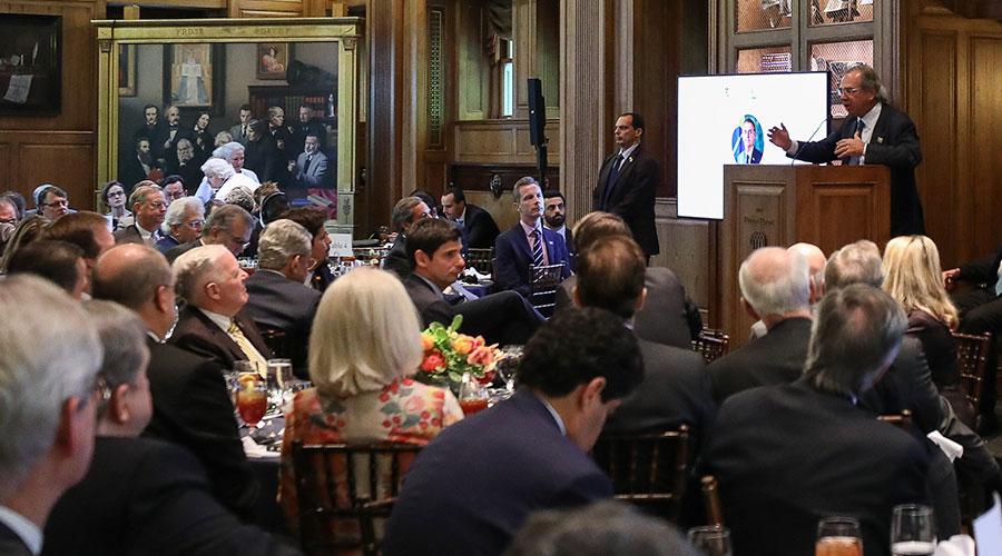 Nos EUA, Guedes fala em fusão entre Banco do Brasil e Bank of America