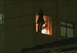Mãe joga filha de 3 anos pela janela do 5º andar e se joga em seguida