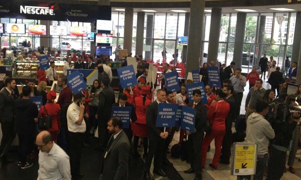 Funcionários da Avianca fazem protesto em Aeroporto