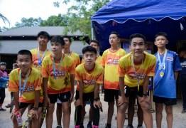 Um ano após resgate, 'meninos da caverna' participam de corrida