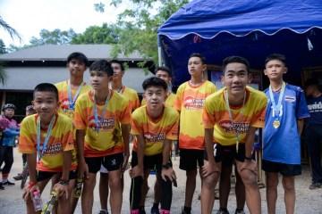 000 1hr4pc 1 - Um ano após resgate, 'meninos da caverna' participam de corrida