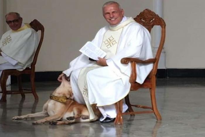 1 9vnnv9mn76joze74qrf5f744o 11664339 - Cachorro invade missa e reação de padre viraliza nas redes sociais