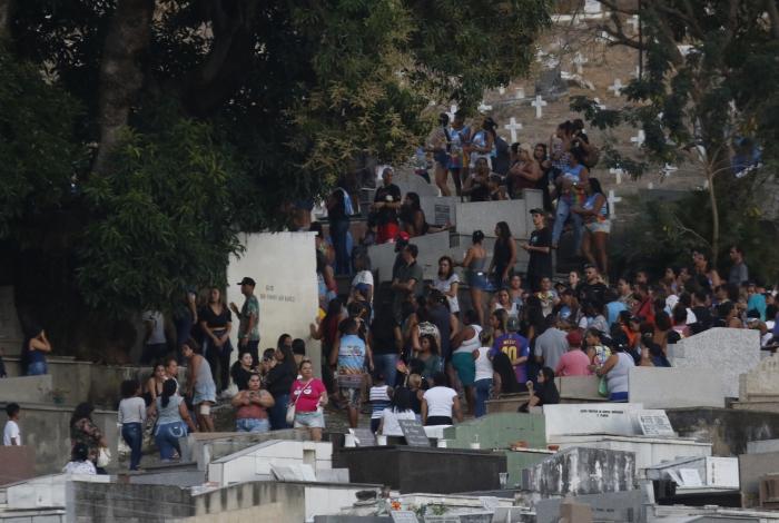 1 fernandoguarabu005 11811847 - Barraco entre mulheres provoca confusão em enterro de traficante