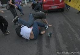 VIOLÊNCIA: Carro avança e atropela manifestantes durante protesto; VEJA VÍDEO