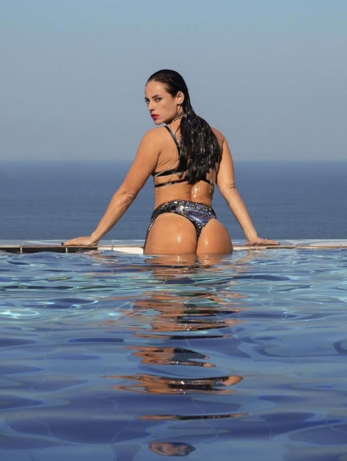 1 paolla 11547263 - Paolla Oliveira sensualiza em novas fotos no perfil da personagem Vivi Guedes