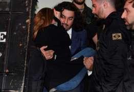 Mulher que acusa Neymar de estupro passa mal e deixa delegacia carregada pelo advogado