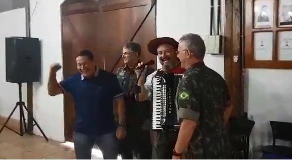 25265019 - Mourão solta a voz e canta clássico da música gaúcha em Santa Maria - VEJA VÍDEO