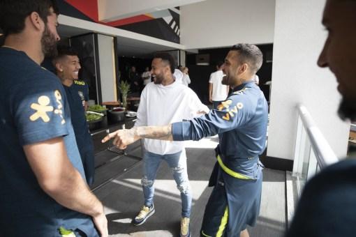 """48103772161 27b2a1c6a4 k 300x200 - """"Se precisar de mais um, acho que dá"""" , diz Neymar ao visitar Seleção antes de jogo contra o Peru"""