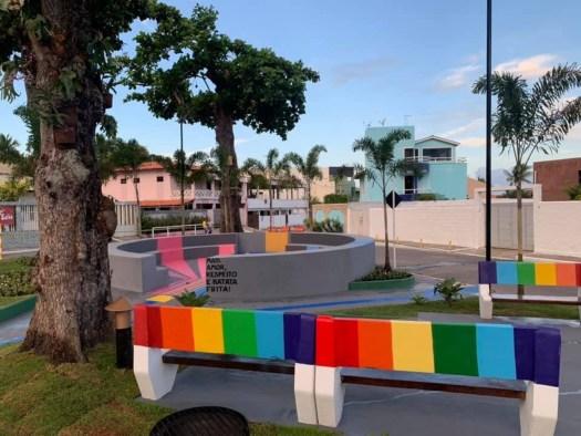 56470382 1192984260869220 8474234435108077568 n 300x225 - 'Pracinha dos Gays': Cidade chama atenção com praça inspirada na temática LGBT