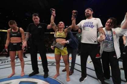 5ce7337d6a9c5 300x199 - UFC: Bate-Estaca fará primeira defesa de cinturão em card na China