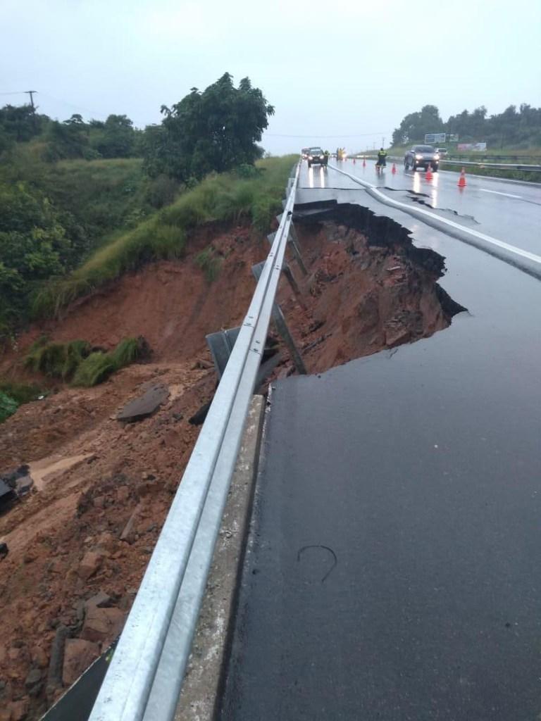 66a2b34f 1150 483e a73e dfa3a4827d45 768x1024 - BR 230 RACHADA: Fortes chuvas fazem asfalto ceder em Santa Rita; PRF emite alerta