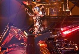 Lady Gaga quase cai de robô durante show em Las Vegas – VEJA VÍDEO