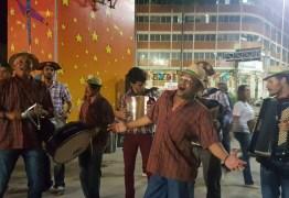 CAVALHEIROS DE AZUL E DAMAS DE VESTIDO ROSA: 'Olha pro céu, meu amor, e esquece a picaretagem política' – Por Xico Sá