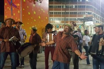 FORRÓ - CAVALHEIROS DE AZUL E DAMAS DE VESTIDO ROSA: 'Olha pro céu, meu amor, e esquece a picaretagem política' - Por Xico Sá