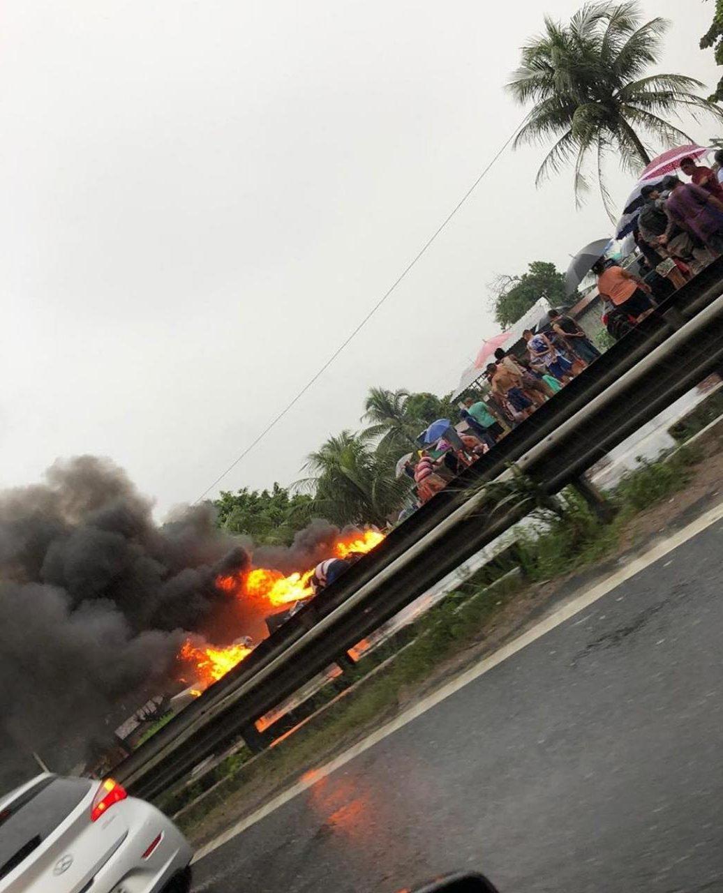 WhatsApp Image 2019 06 13 at 15.41.59 e1560452623568 - COM CASAS ALAGADAS: moradores de Cabedelo culpam obra do DNIT e fecham BR em protesto