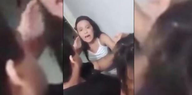 adolescente - IMAGENS CAUSARAM REVOLTA: Adolescente segura a mãe pelos cabelos e avisa: 'só solto quando me deixar ir na festa' - VEJA VÍDEO