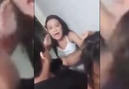 IMAGENS CAUSARAM REVOLTA: Adolescente segura a mãe pelos cabelos e avisa: 'só solto quando me deixar ir na festa' – VEJA VÍDEO