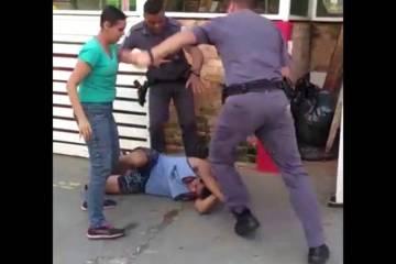 capturadetela201 d46a7c35d01eb99c8f526c38ea3d9f07 1200x600 - Vídeo mostra policiais agredindo casal de carroceiros na Zona Oeste de SP; PMs são afastados - ASSISTA