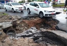 SUSTO: Cratera se abre em asfalto e carro fica pendurado, em João Pessoa