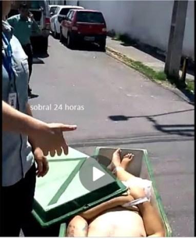 funerária - ESCAPOU: Caixão cai de veículo funerário no meio da rua na cidade de Sobral