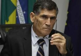 Governo vive 'show de besteiras', diz Santos Cruz