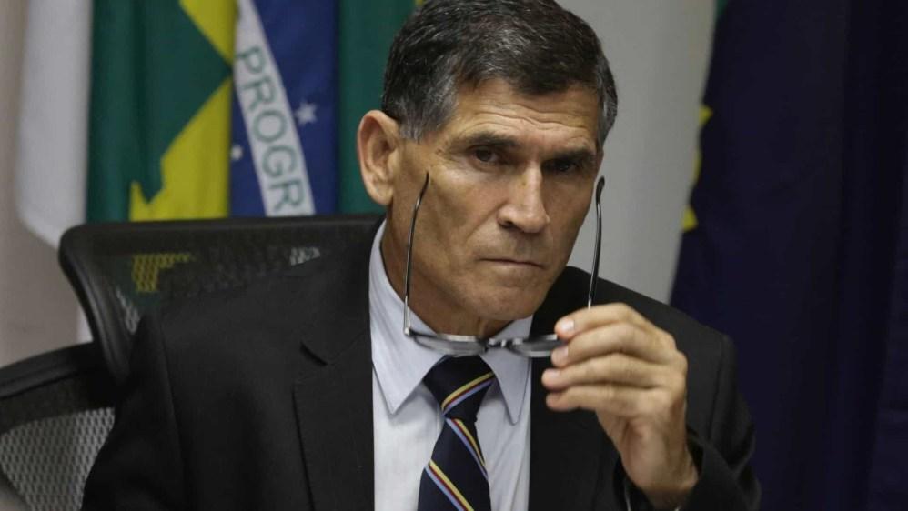 naom 5bfbf28f7d361 300x169 - Governo vive 'show de besteiras', diz Santos Cruz